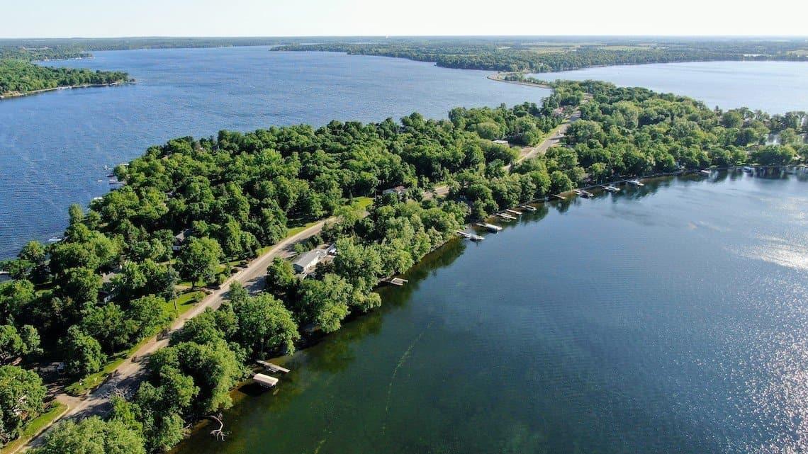 Lake Le Homme Dieu and Lake Carlos